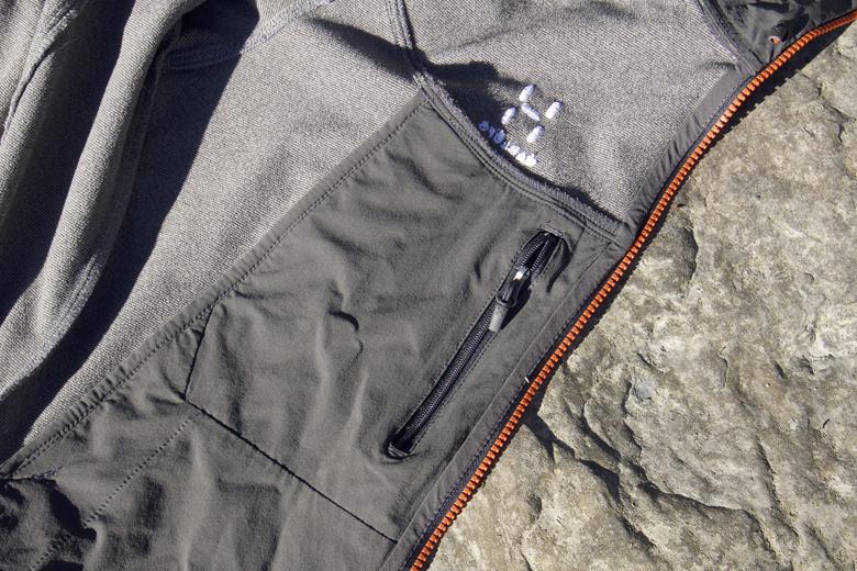Het Häglofs Gecko Hood jack heeft een binnenzak die groot genoeg is voor een portemonnee.