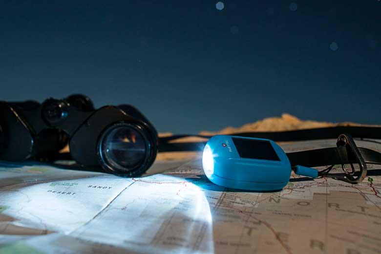 Het lichtgewicht mini zaklampje heeft twee 6.000 Mcd leds en heeft geen batterijen nodig.