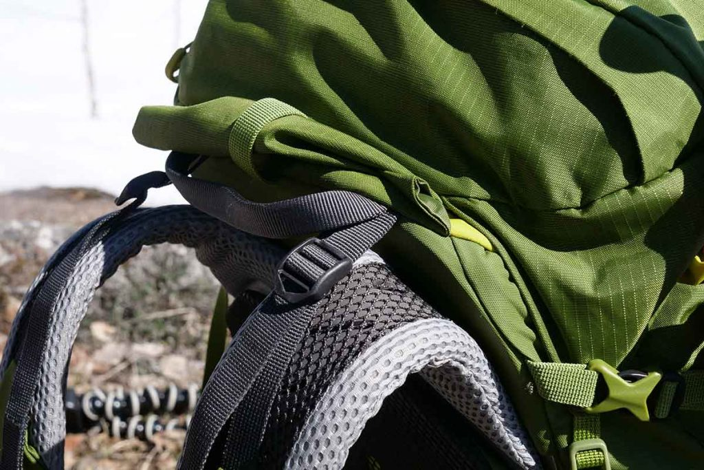 The shoulder straps are equipped with load lifters.