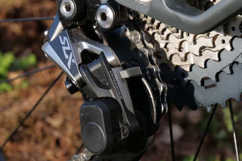 The rear derailleur is equipped with Shadow Plus technique.